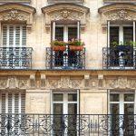 la façade d'un immeuble ancien de style parisien