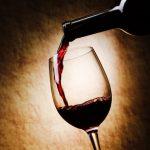 Un verre de vin et une bouteille de vin